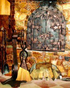 Піч, з кованими елементами, підставкою під дрова, кованим павутинням, та лампами